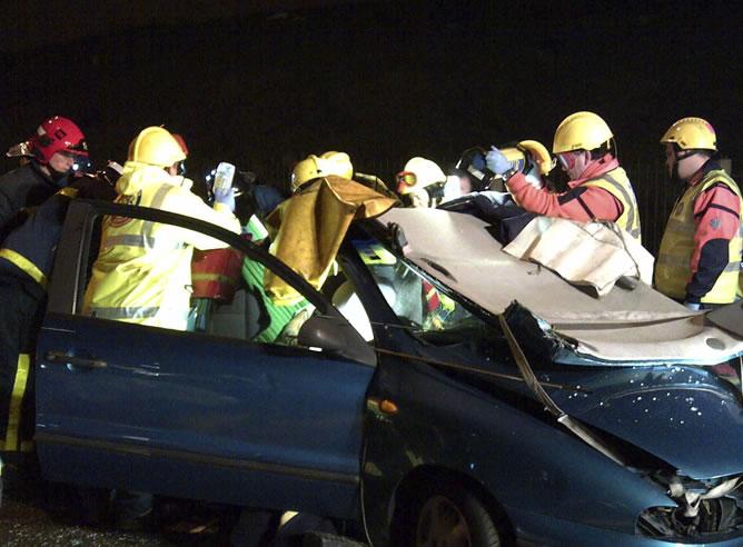 El conductor de un Peugeot 308, de unos 50 años, se ha incorporado a la vía a la altura del aeropuerto de Barajas y ha conducido 7,5 kilómetros en dirección contraria, hasta chocar frontalmente contra un Fiat Bravo ocupado por tres personas, al parecer de la misma familia, dos de las cuales han resultado heridas graves.