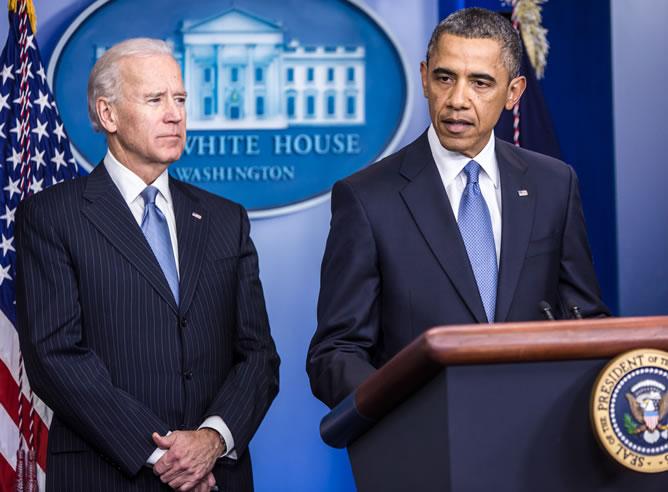 El presidente Barack Obama habla junto al vicepresidente Joe Biden en la Sala de Conferencias de Prensa Brady en la Casa Blanca en Washington