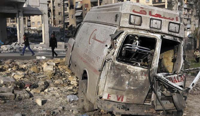 Una ambulancia, destrozada tras una explosión en Alepo (Siria)