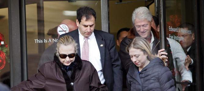 La secretaria de Estado de Estados Unidos, Hillary Clinton abandona, acompañada de su familia, el hospital de Nueva York en el que ingresó por un coágulo en la cabeza