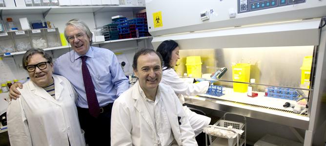 El investigador Felipe García (sentado); el jefe de Enfermedades Infecciosas del Hospital Clinic, Josep Maria Gatell (c), y la doctora Teresa Gallart (i), posan en el laboratorio en el que trabaja el grupo que ha descubierto la vacuna