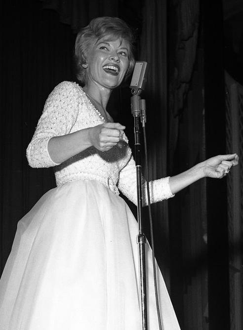 Fotografía de archivo del 25 de enero de 1962 cedida por Las Vegas News Bureau, que muestra a la cantante estadounidense Patti Page durante una presentación en el Hotel Dunes en Las Vegas