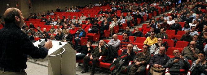 Los trabajadores de Metro de Madrid reunidos en asamblea en las cocheras de Plaza de Castilla para ratificar las jornadas de huelga anunciadas para los días 4 y 5 de enero
