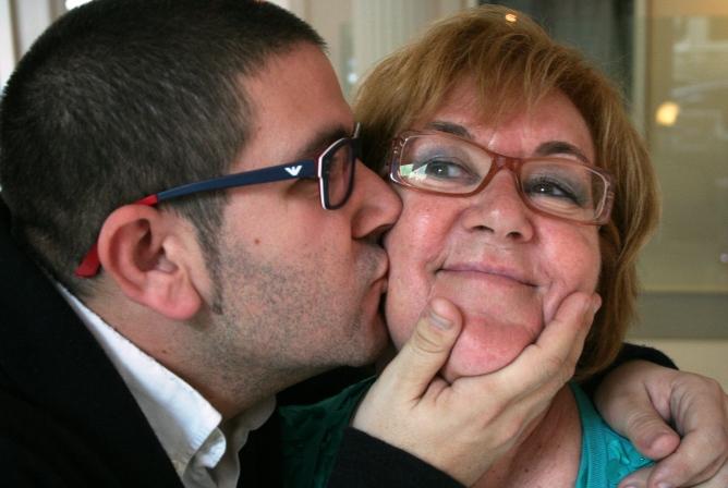 El cocinero Dani García besa a su heroína gastronómica: su madre.