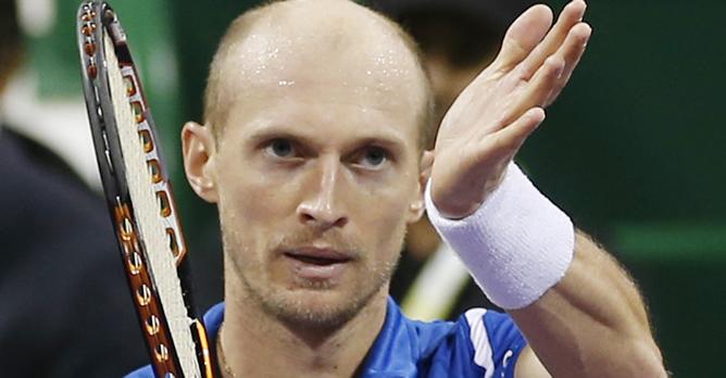 El jugador ruso aplaude un punto golpeando con su mano en las cuerdas de su raqueta