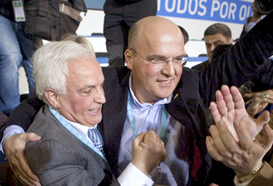 José Luis Baltar abraza a su hijo Manuel, tras ser éste nombrado presidente de la Diputación de Ourense