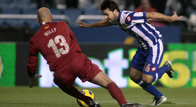 El centrocampista portugués intenta encarar al portero argentino del Málaga
