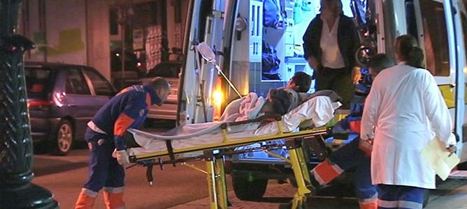 Los servicios de emergencia trasladan a un hombre herido en el tiroteo ocurrido en la localidad pontevedresa de Moaña