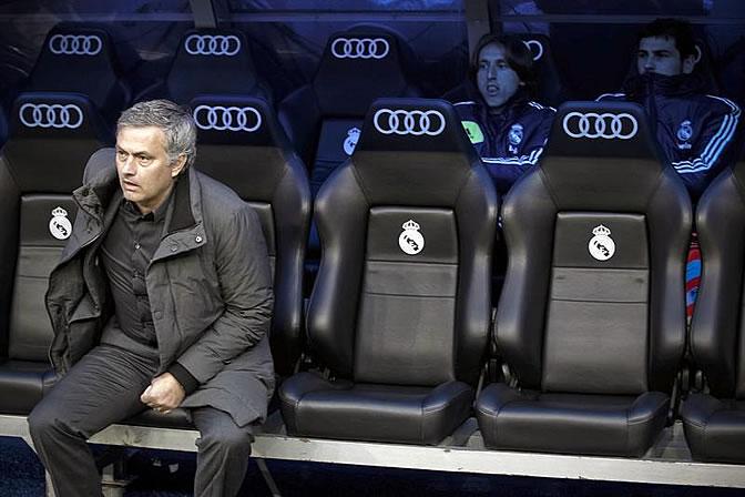 Mourinho y Casillas, en el banquillo del Bernabéu antes del comienzo del partido ante la Real