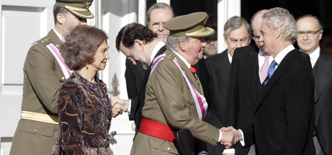 El Rey Juan Carlos, junto a la Reina Sofía y los Príncipes de Asturias, ha sido recibido por el presidente del Gobierno, Mariano Rajoy (3i), y el ministro de Defensa, Pedro Morenés (d), cerca de la puerta del Palacio Real que se abre a la Plaza de la Armería, momentos antes de presidir este domingo la celebración solemne de la Pascua Militar.
