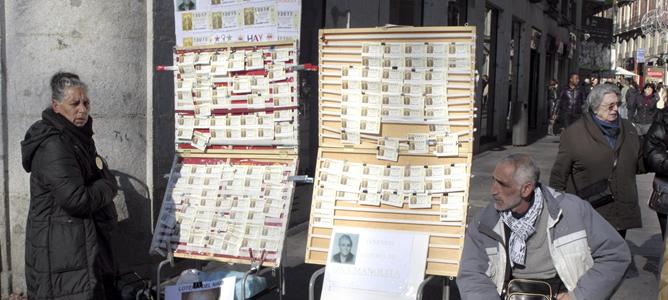Vendedores de lotería en sus puestos en la madrileña Puerta del Sol