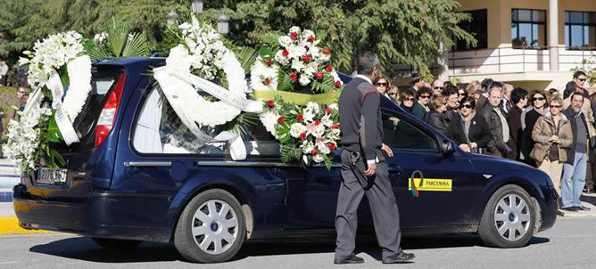 Vista del coche fúnebre que traslada los restos mortales del menor de 6 años que fue atropellado por una carroza de la cabalgata de los Reyes Magos minutos después de que hubiera comenzado su recorrido. EFE/Jorge Zapata.