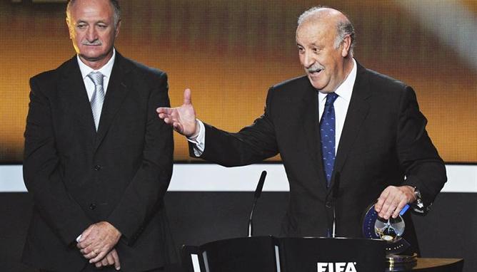 El entrenador de la selección española de fútbol Vicente del Bosque recibe el premio al mejor entrenador del año de manos del seleccionador brasileño, Luiz Felipe Scolari