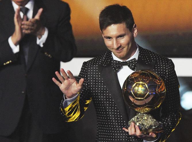 El jugador argentino del FC Barcelona, Lionel Messi, posa con el trofeo FIFA Balón de Oro, que le distingue como el mejor jugador del mundo por cuarta vez consecutivo.