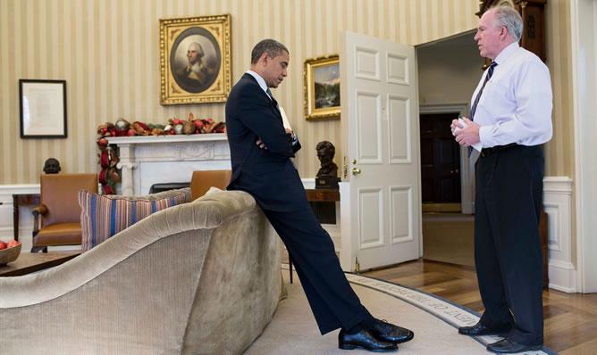 El presidente estadounidense, Barack Obama, charla con su actual asesor de Contraterrorismo, John Brennan, quien será nombrado nuevo director de la Agencia Central de Inteligencia (CIA)