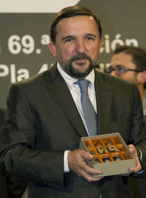 El periodista Sergio Vila-Sanjuán posa con su galardón tras ganar el 69 Premio Nadal, con su novela 'Estaba en el aire', durante la gala celebrada en Barcelona