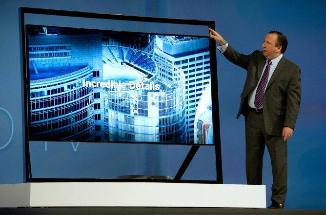 Joe Stinziano, vicepresidente de Samsung en América, muestra la nueva televisión Ultra HD UN85S9 durante la primera jornada del CES en Las Vegas