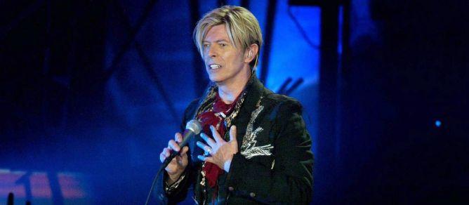 David Bowie durante una actuación en Rotterdam en octubre de 2003