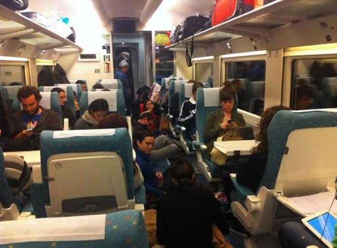 Fotografía de uno de los viajeros en el tren de rescate, donde no todos tenían asiento disponible