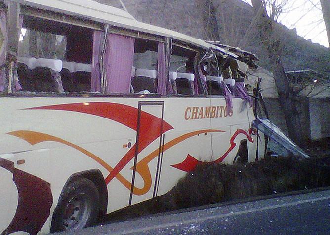 Estado en el que ha quedado el autobús escolar que esta mañana ha sufrido un accidente en Játiva (Valencia) con el resultado de cuatro niños heridos de entre 4 y 11 años