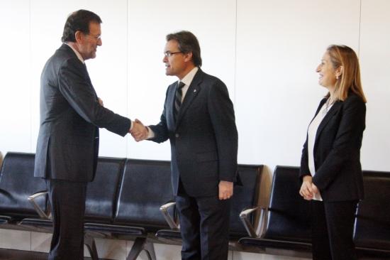 Mariano Rajoy y Artur mas se saludan en la estación de Sants, antes de embarcar en el AVE inuaugural del trayecto Barcelona-Girona-Figueres