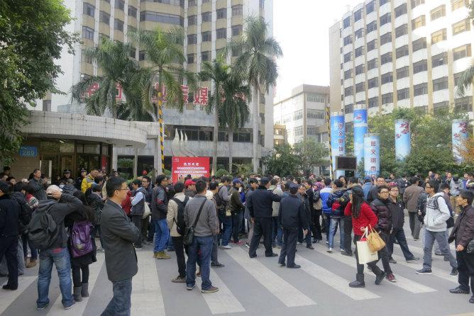 Los periodistas se manifiestan frente a la sede del periódico semanal del sur de Guangzhou