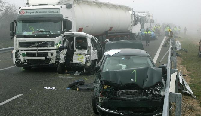 Dieciocho vehículos se han visto implicados en el accidente de tráfico ocurrido esta mañana en la AP-2, en el término municipal de Castelldans (Lleida)