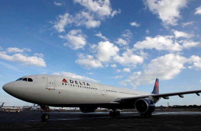 """""""Delta Airlines ha inaugurado el programa Sky Sommelier para sobrecargos con el objetivo de ofrecerles una mayor conocimiento de los caldos que se sirven a bordo"""". En la imagen, un avión 'charter' en el aeropuerto internacional Ft. Lauderdale-Hollywood, el pasado dos de enero."""