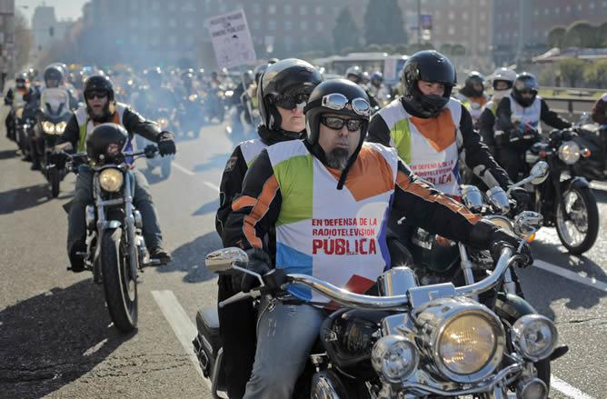 Un centenar de trabajadores de Telemadrid se manifestó en Madrid, conduciendo motocicletas, en protesta por el ERE de Telemadrid