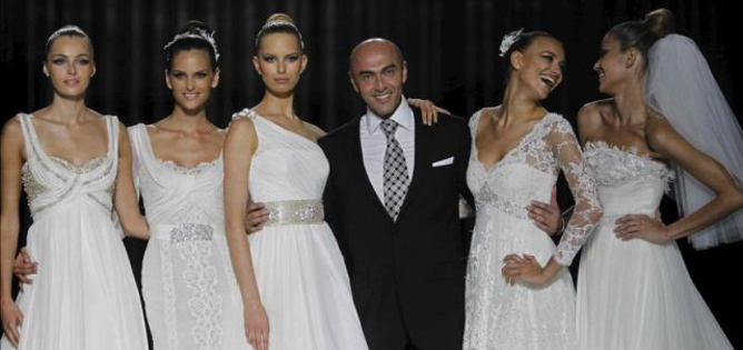 El diseñador de moda catalán Manuel Mota, en una foto de archivo tras presentar una de sus colecciones para Pronovias