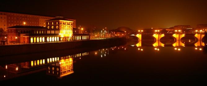 Imagen nocturna del río Ebro a su paso por la capital riojana.