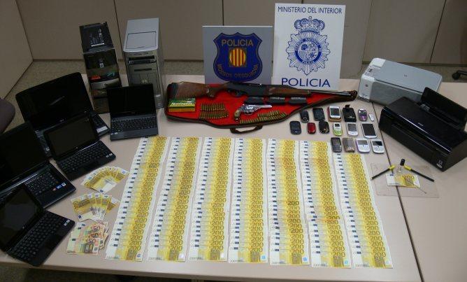 Els investigadors han intervingut gairebé 46.000 euros falsos, armes de foc, documentació i ordinadors