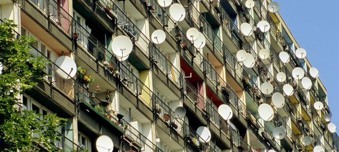 Antenas parabólicas en un edificio de Berlín
