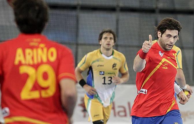 Carlos Ruesga realiza un gesto de afirmación a Aitor Ariño