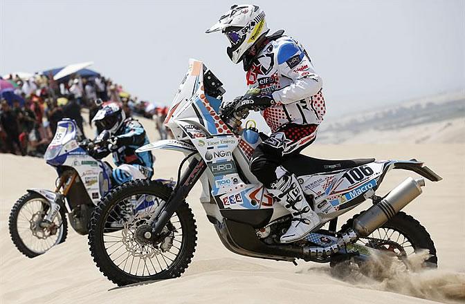 El motociclista francés Thomas Bourgin compitiendo durante la primera etapa del Rally Dakar en Lima