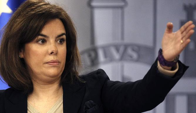 La vicepresidenta del Gobierno, Soraya Sáenz de Santamaría, durante la rueda de prensa que ha ofrecido junto al ministro de Justicia, Alberto Ruiz-Gallardón, tras la reunión del Consejo de Ministros