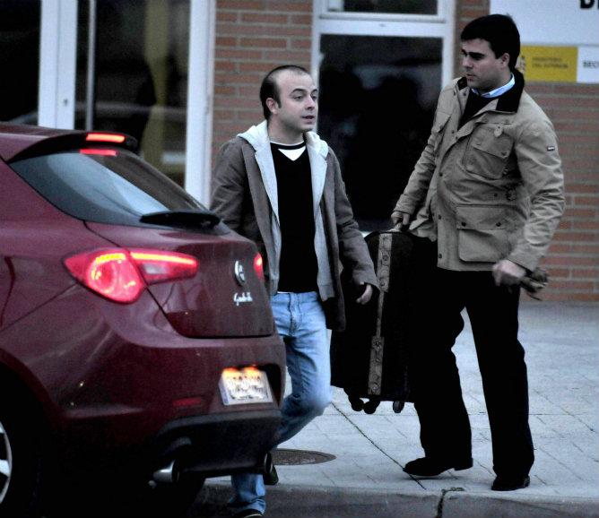 A Carromero le esperaban a la salida del centro penitenciario dos amigos, con los que ha viajado a la capital de España en el coche particular de estos.