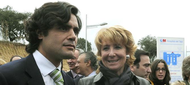 Juan José Güemes y Esperanza Aguirre, en una imagen de archivo en el Hospital del Tajo