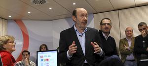 El secretario general del PSOE, Alfredo Pérez Rubalcaba, charla con voluntarios del partido