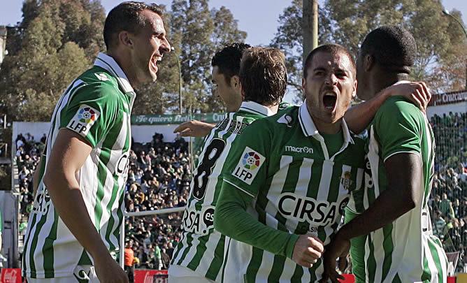 El delantero costarricense del Betis, Joel Campbell (d), celebra con sus compañeros el gol conseguido frente al Levante, el del 1-0, durante el partido correspondiente a la decimonovena jornada de la liga de Primera División