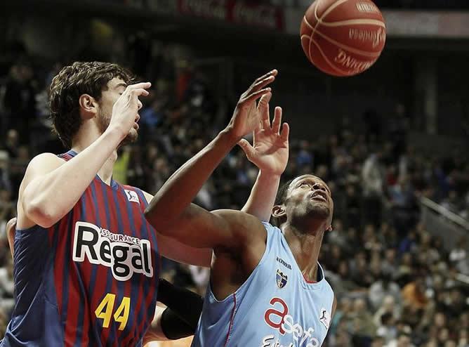 El pívot estadounidense del Asefa Estudiantes Lamont Barnes (d) y el también pívot, el croata Ante Tomic del Barcelona Regal, durante el partido correspondiente a la decimoséptima jornada de la fase regular de la Liga ACB