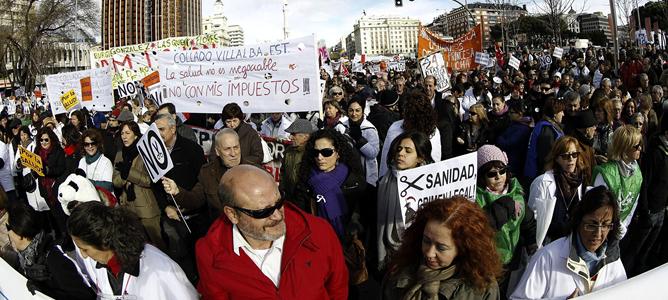 Participantes en la manifestación para protestar contra las privatizaciones de la sanidad aprobadas por el Gobierno madrileño