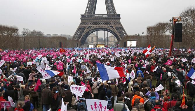 Multitudinaria manifestación contra el matrimonio homosexual en la explanada del Campo de Marte, a los pies de la Torre Eiffel.