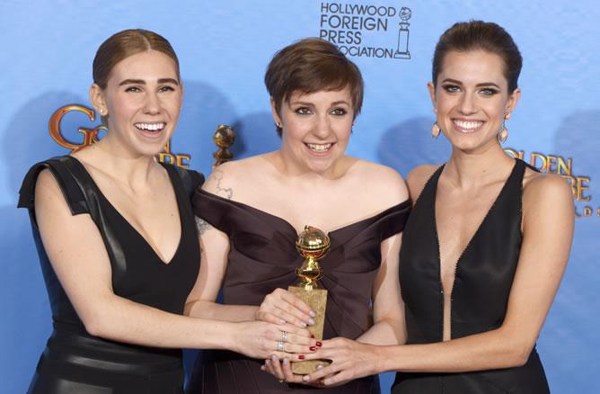 Las protagonistas de la serie 'Girls' celebran el Globo de Oro a mejor comedia. De izquierda a derecha, Zosia Mamet, Lena Dunham y Allison William