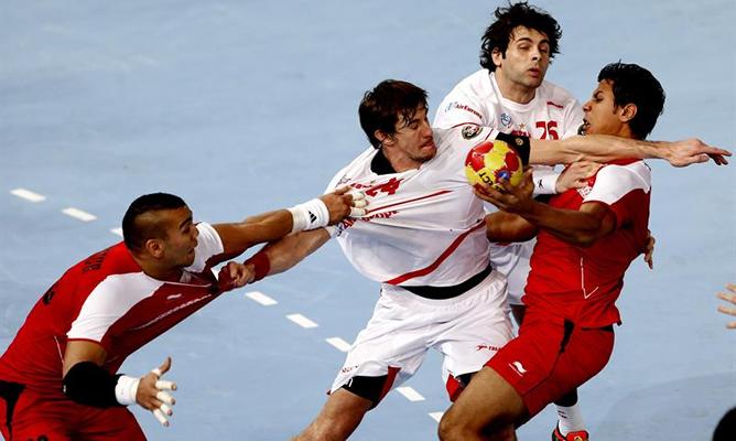 El lateral de la selección española Viran Morros de Argila (2i) y su compañero de equipo Antonio García Robledo (2d) luchan con dos jugadores de la selección de Egipto durante el partido correspondiente a la primera fase, grupo D, del Mundial de balonmano
