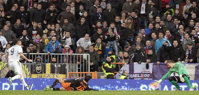 El delantero francés del Real Madrid Karim Benzema marca gol ante el Valencia durante el partido de ida de cuartos de final de la Copa del Rey.
