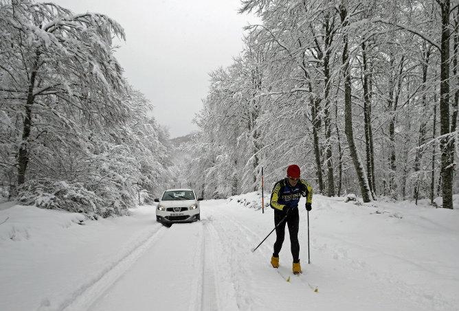 Un hombre esquía por la NA-7510, en la Sierra de Aralar en Navarra, que se encuentra cubierta de nieve
