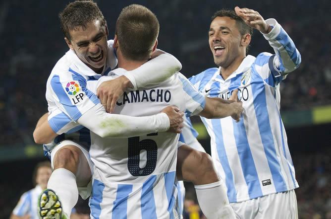 El centrocampista del Málaga, Ignacio Camacho , celebra el segundo gol del equipo malacitano con sus compañeros, el portugués Eliseu y el brasileño, Weligton, durante el encuentro correspondiente a la ida de los cuartos de final de la Copa del Rey