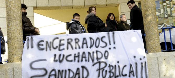 Pancarta en el exterior del Hospital Virgen de Salud de Toledo en protesta por el cierre de las urgencias nocturnas