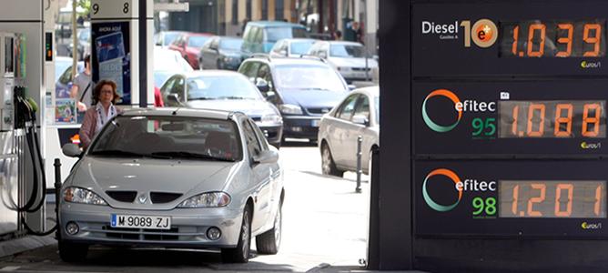 Vista de una gasolinera en Madrid, junto al panel en el que figuran los precios de los carburantes
